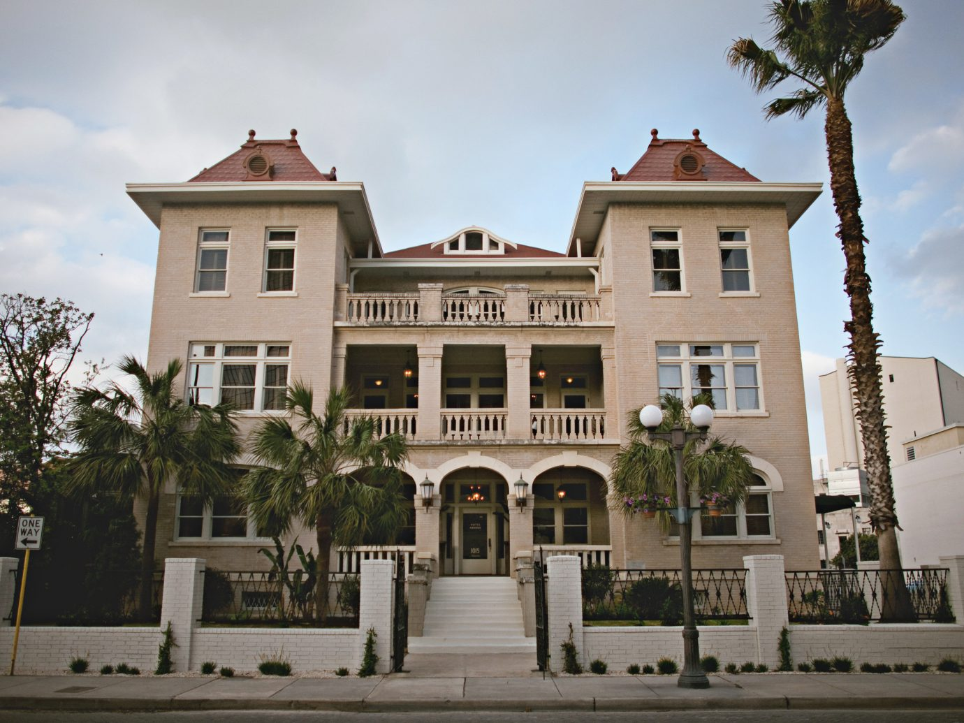 Budget Exterior Historic Modern building outdoor landmark Town neighbourhood Architecture estate town square plaza palace Downtown château facade government building ancient history history mansion