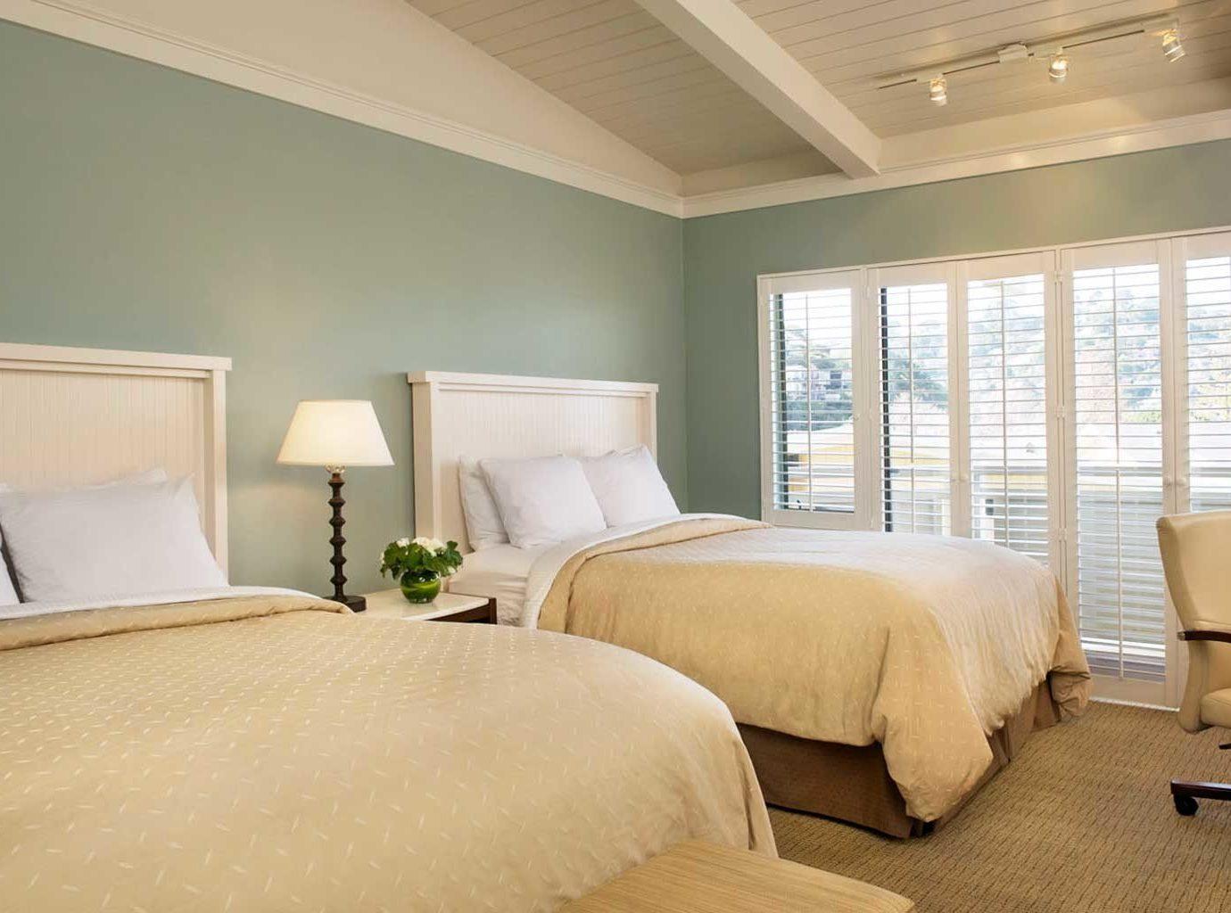 Balcony Bedroom Lodge Modern Scenic views sofa property Suite living room home condominium cottage