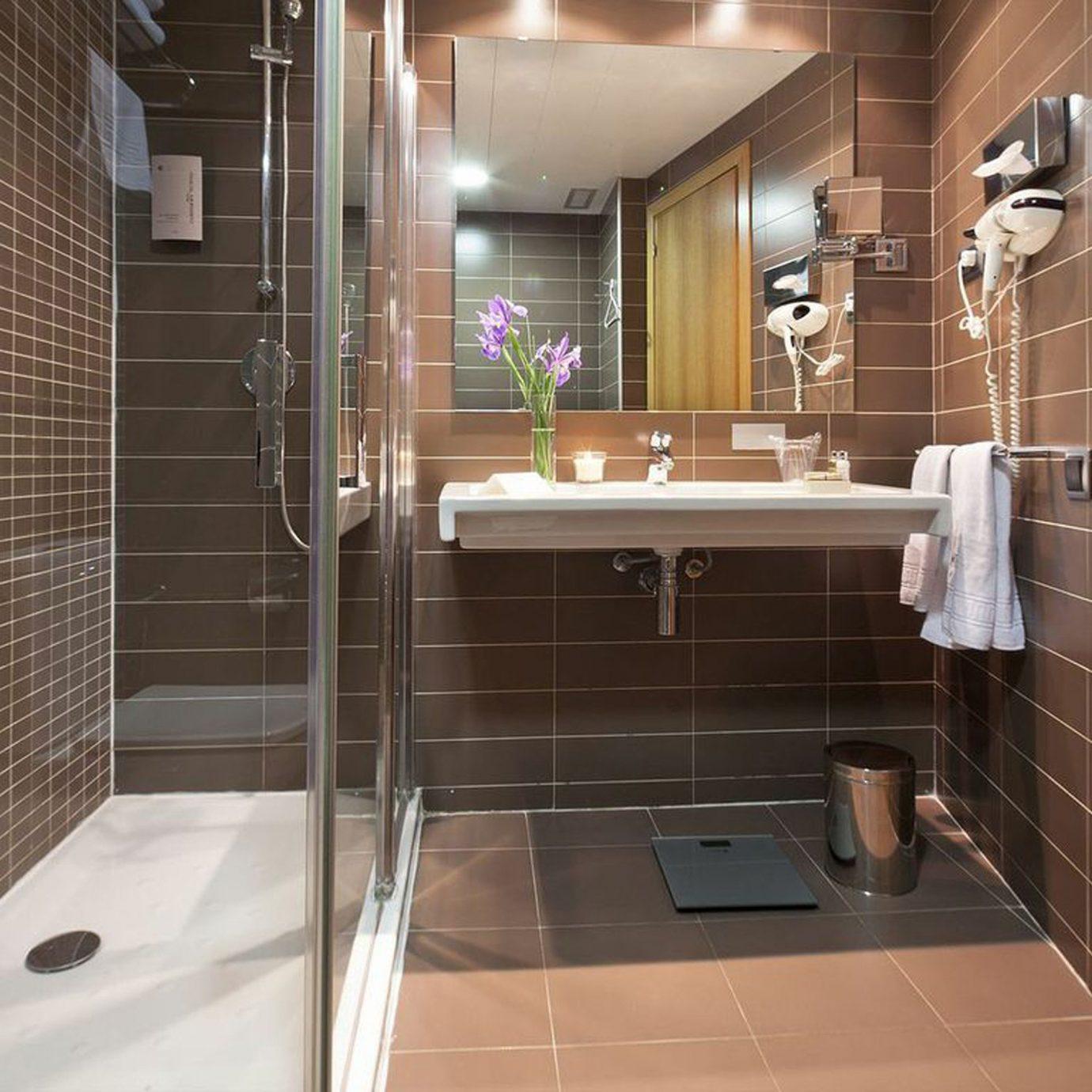 Bath Hip Luxury bathroom toilet shower property tiled tile sink plumbing fixture flooring home swimming pool stall tub