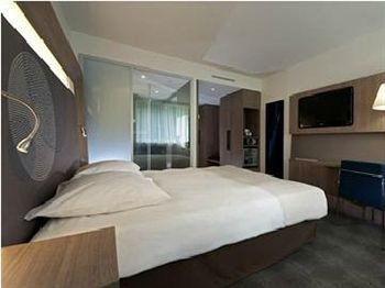 property vehicle Bedroom passenger ship yacht cottage condominium