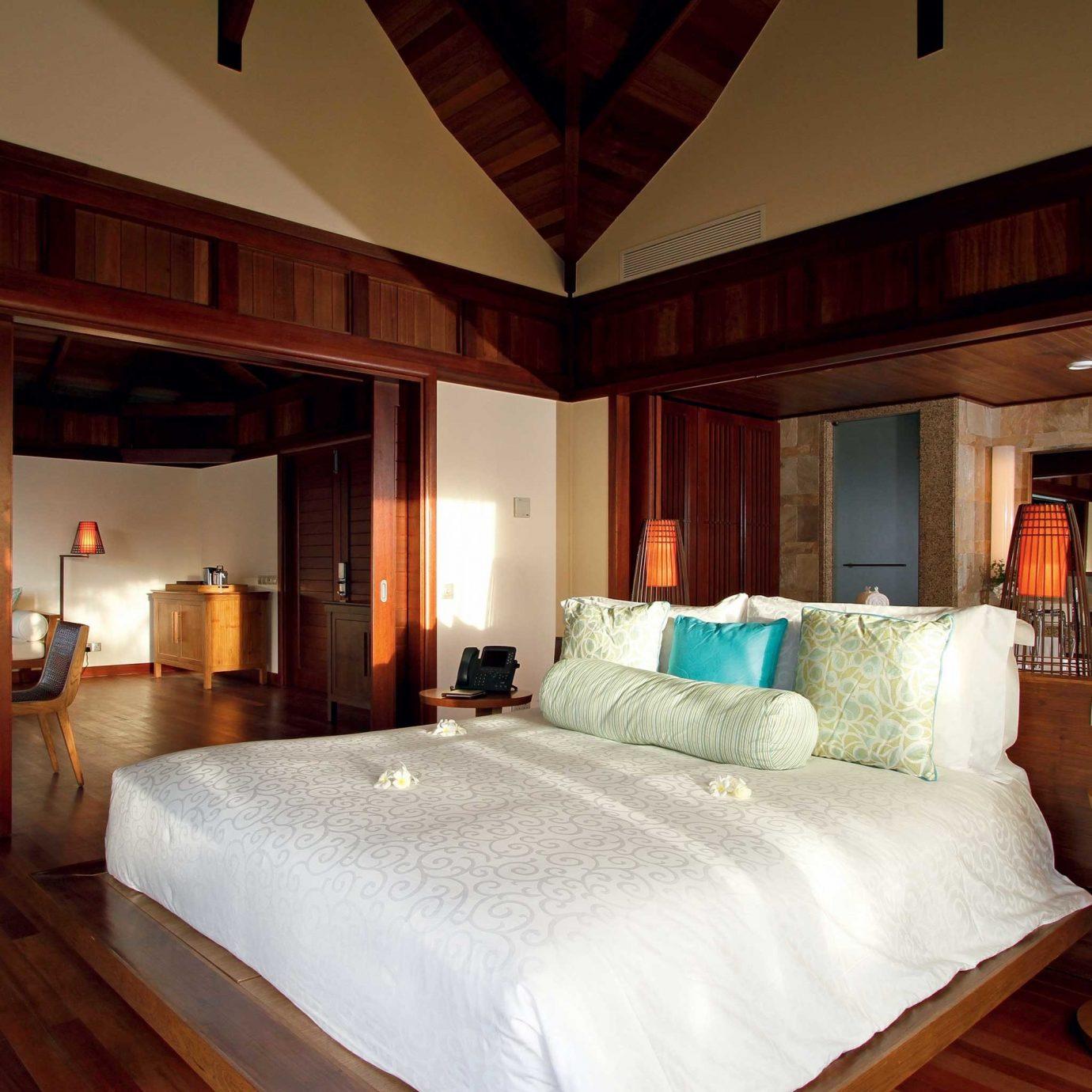 Bedroom Elegant Hip Luxury Suite property Resort cottage mansion Villa pillow lamp