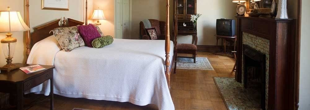 Bedroom Historic Luxury Suite property cottage home living room
