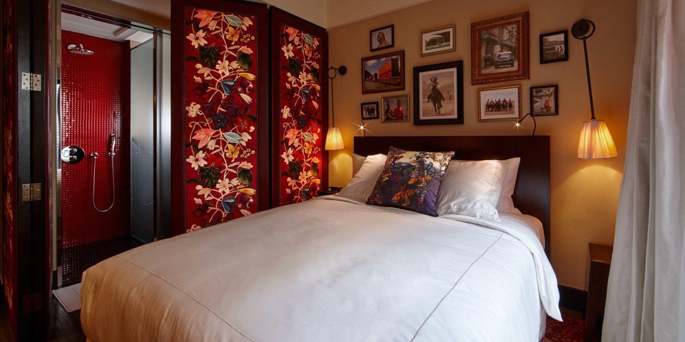 Hotels sofa Bedroom property Suite cottage bed sheet