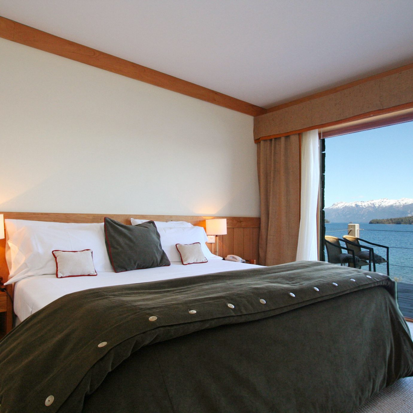 Bedroom Lake Scenic views Waterfront property Suite cottage Villa