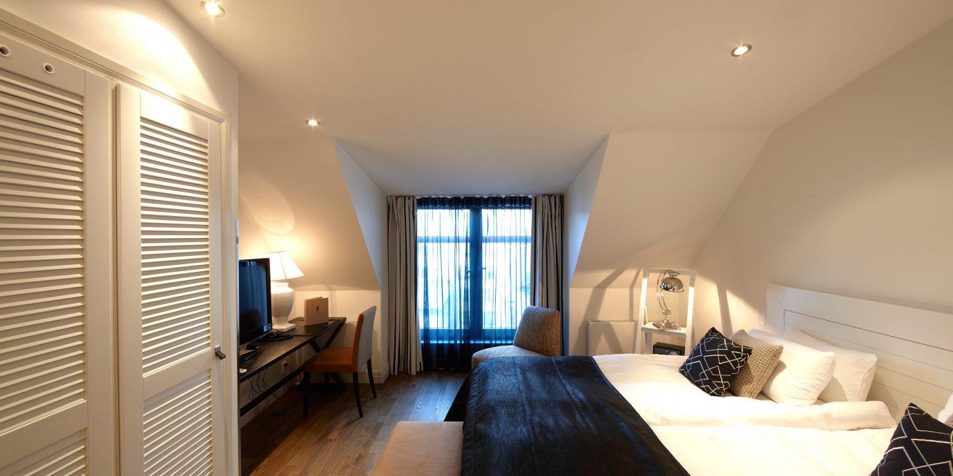 Bedroom Modern Scenic views Suite property living room house home hardwood condominium cottage
