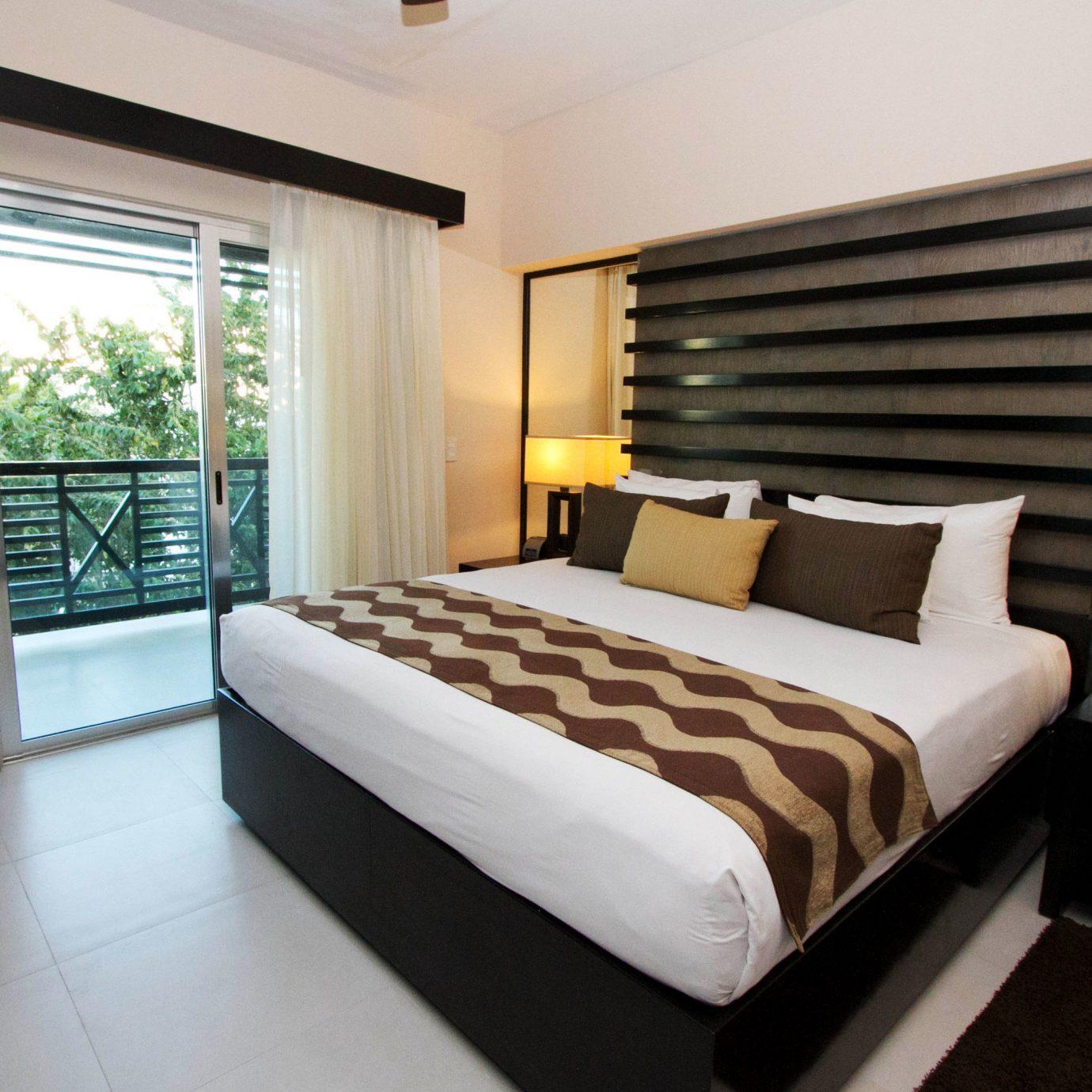 sofa Bedroom property Suite pillow condominium cottage bed sheet