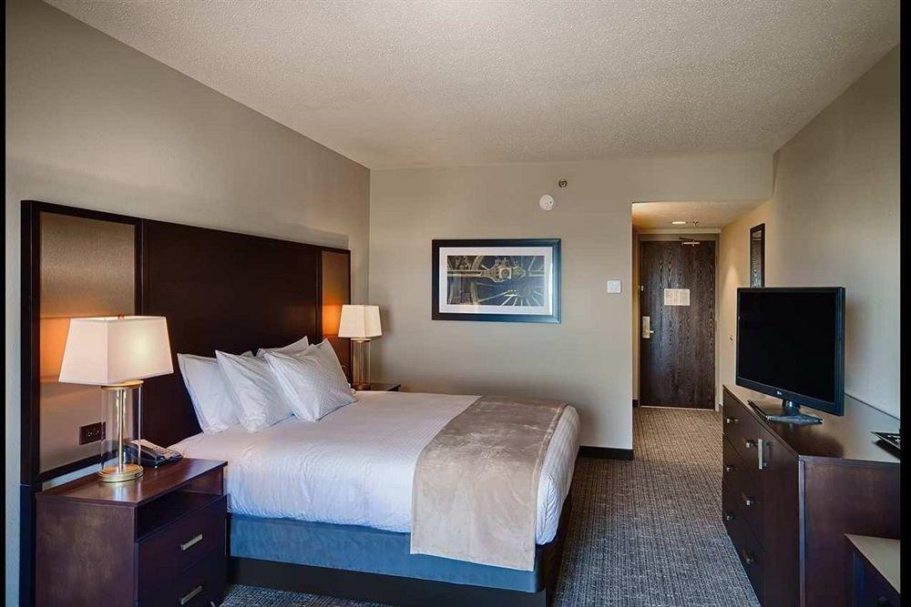 Bedroom property Suite condominium home cottage living room lamp flat
