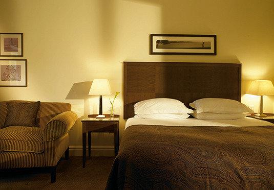 Bedroom property Suite hardwood cottage lamp