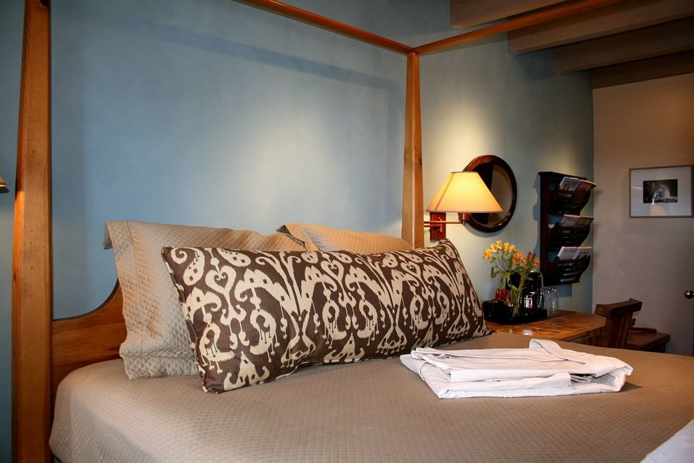 property Bedroom living room home cottage Suite lamp