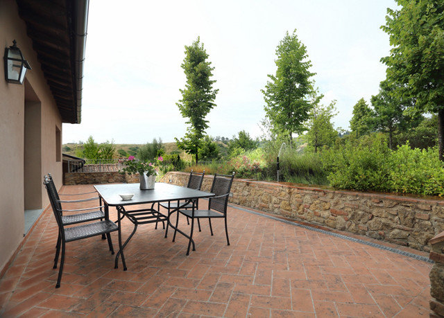 tree sky property backyard outdoor structure home Patio cottage Villa Courtyard yard