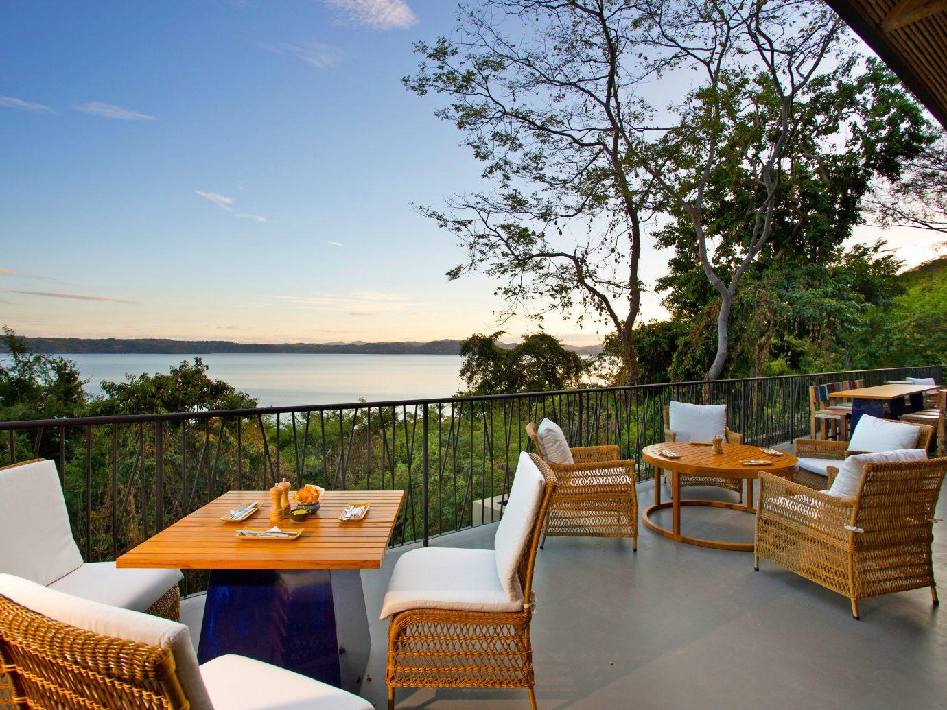 Dining Drink Eat Modern Resort tree chair property leisure Villa home cottage backyard overlooking