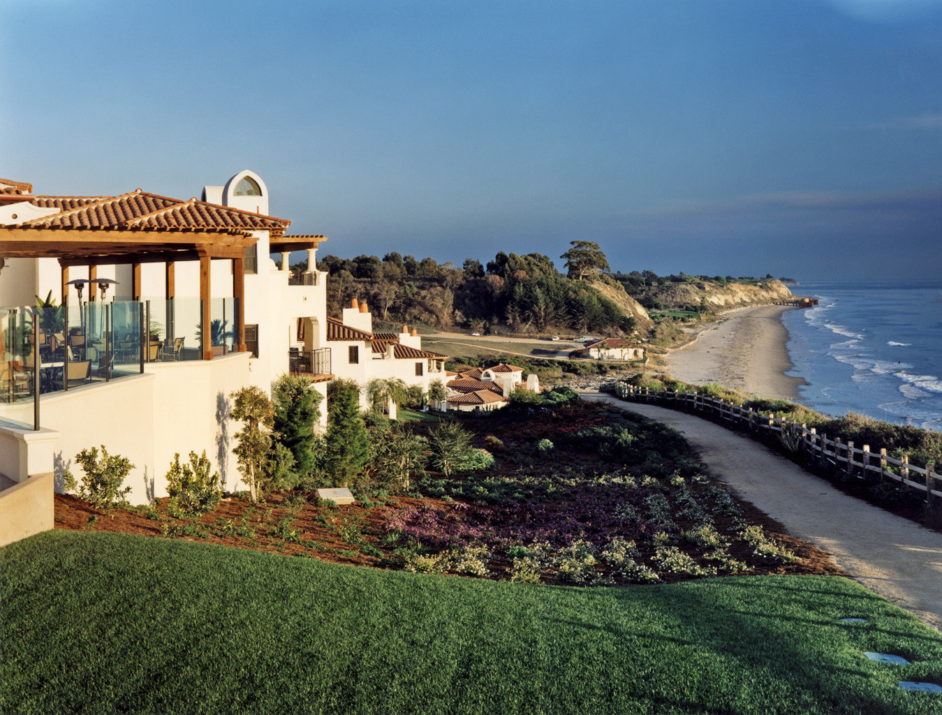 Food + Drink sky outdoor Coast estate vacation Sea aerial photography Beach Resort colonnade