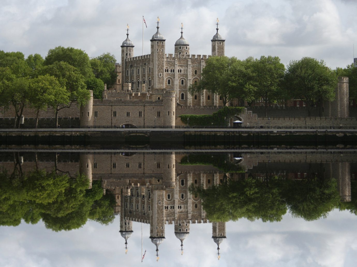 outdoor sky tree water reflection River waterway building bank cloud Lake plant moat castle reservoir château City stately home watercourse bridge reflecting pool old day surrounded