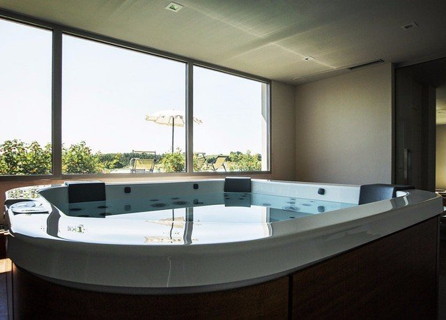swimming pool property bathtub jacuzzi Island