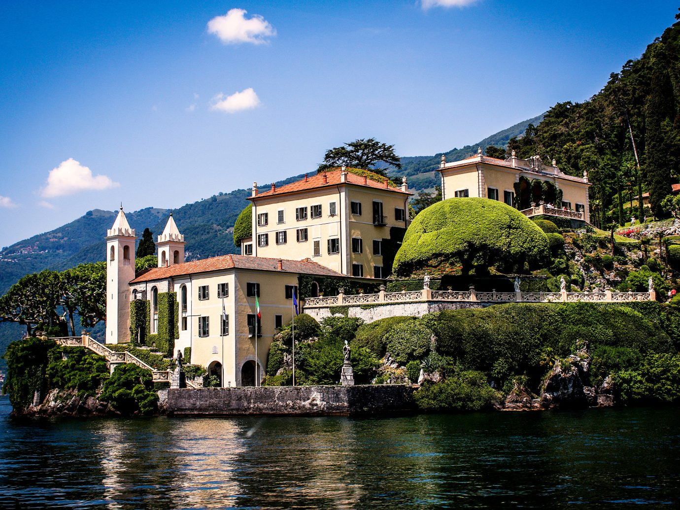 Jetsetter Guides outdoor water sky Boat Town house River vacation Lake tourism mountain estate background château Sea surrounded Village reflection cityscape traveling Island