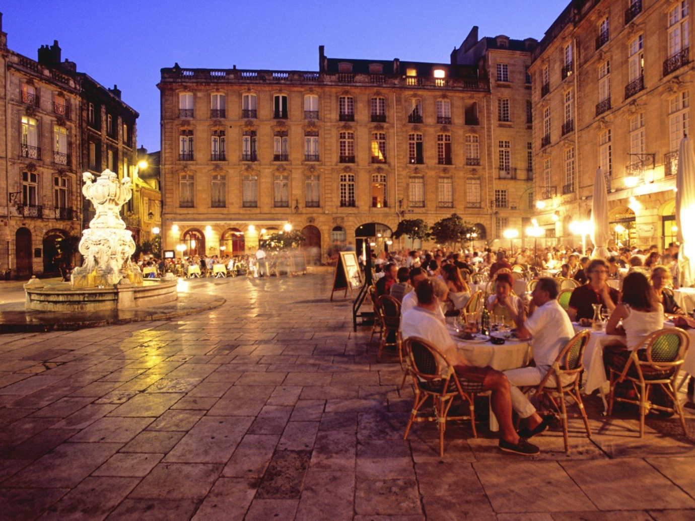 Outdoor eating in Bordeaux at night