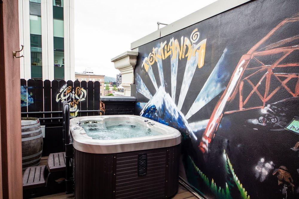 Hot tub in Hotel Vintage Portland