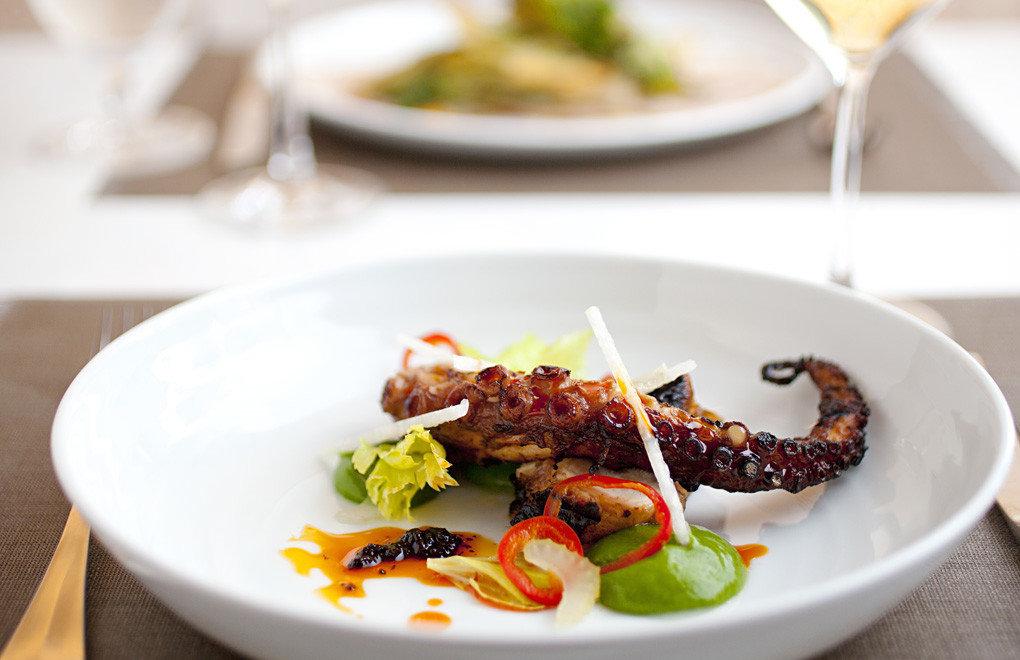 plate food table dish meal produce cuisine salad meat restaurant breakfast vegetable piece de resistance