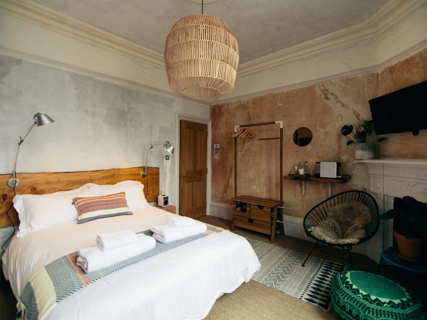 Boutique Hotels Budget Hotels London indoor wall room property bed house building estate home cottage Bedroom interior design floor real estate living room Suite apartment mansion