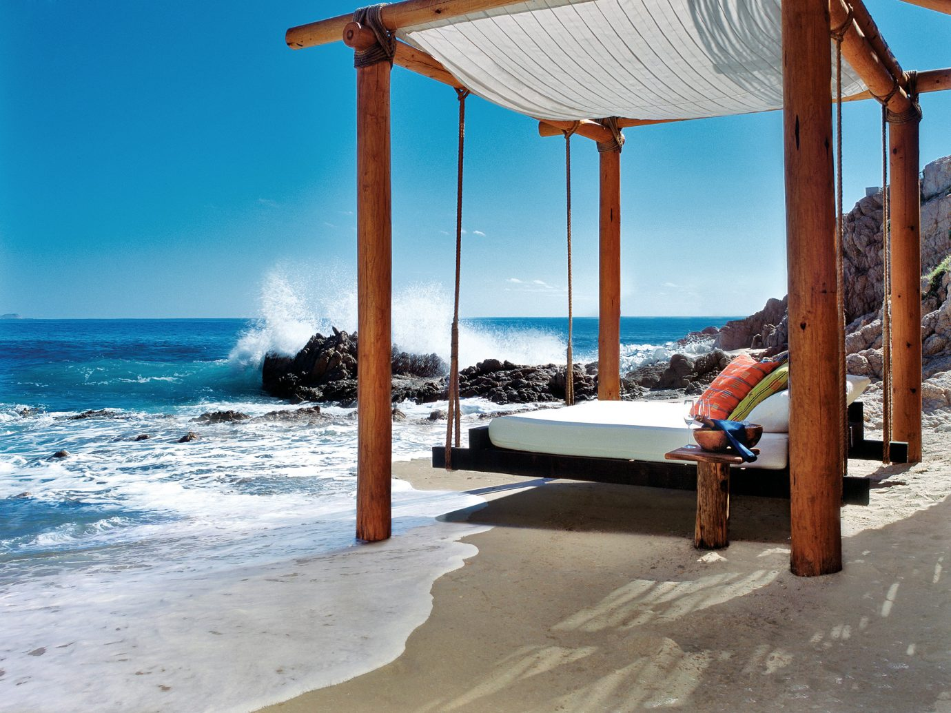 кровать на берегу моря фото сибирской