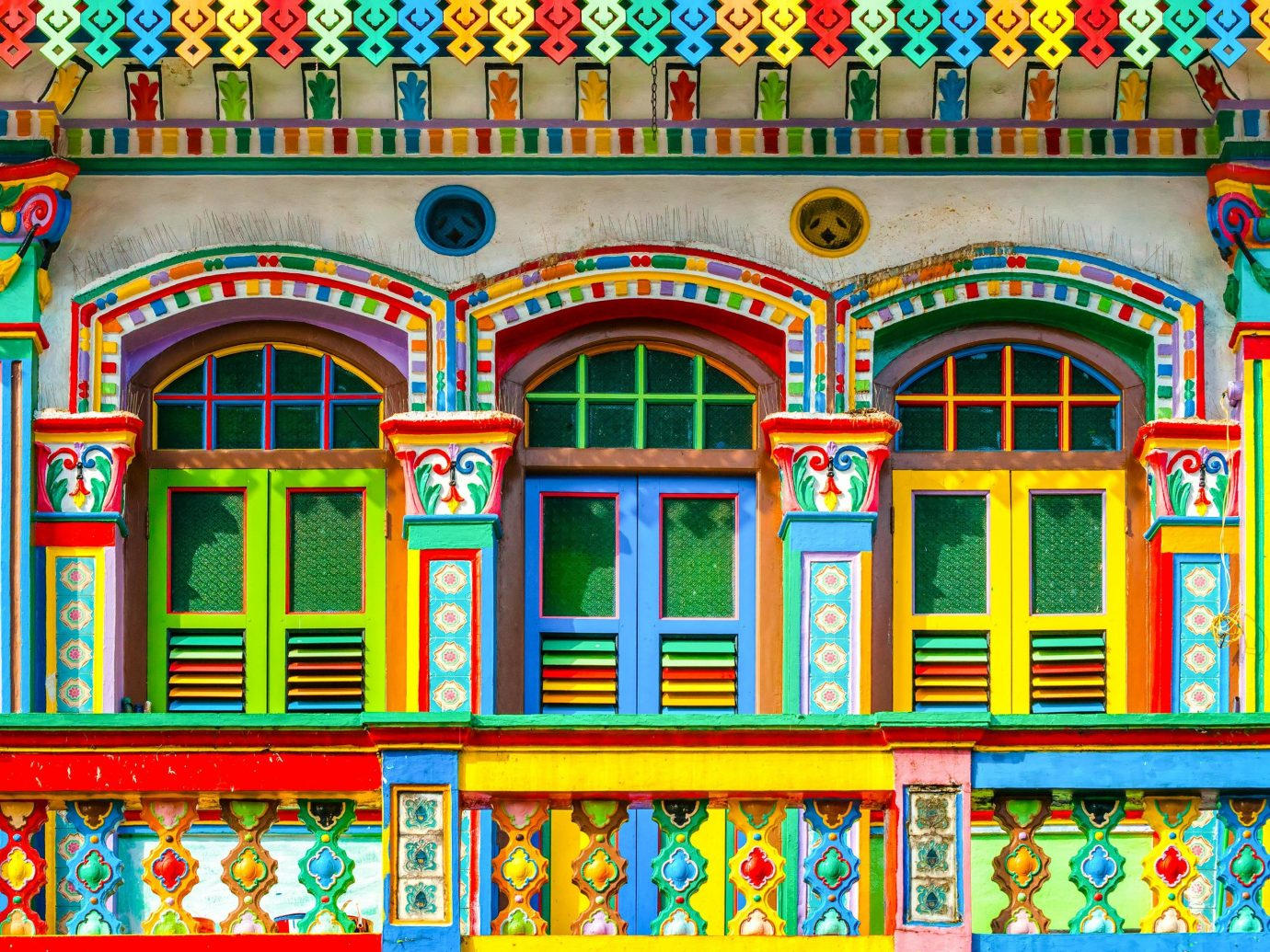 Offbeat Singapore Trip Ideas landmark window facade pattern arch synagogue