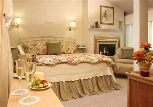 Adult-only B&B Bedroom Fireplace Historic Inn property cottage Suite home bed sheet living room