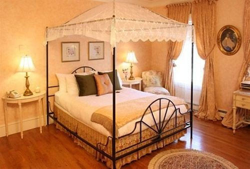 Adult-only B&B Bedroom Historic Inn property cottage four poster hardwood bed frame farmhouse Villa bed sheet lamp