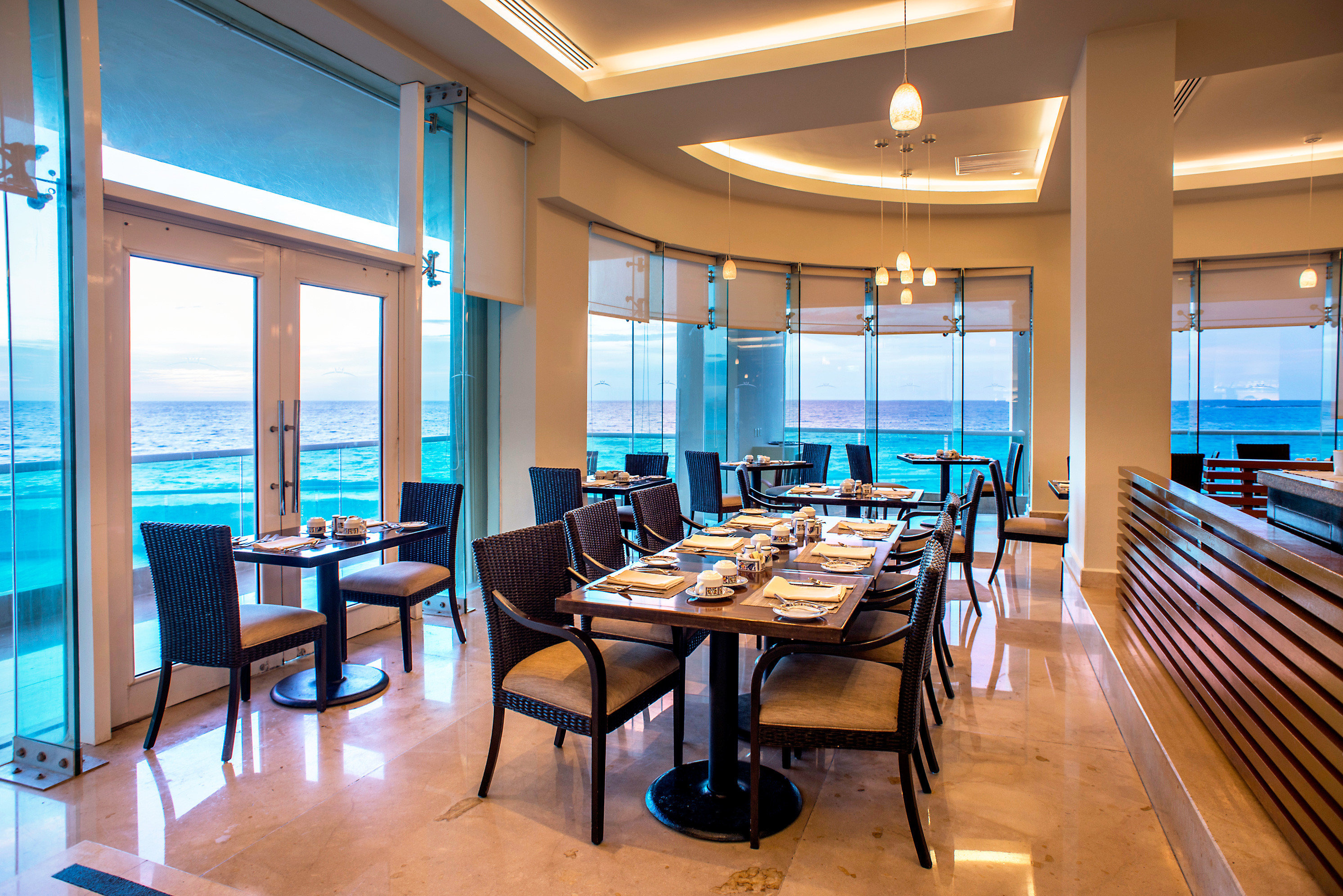 Adult-only Bar Beachfront Drink Eat Scenic views chair property Resort condominium restaurant Dining home wooden living room Suite Island overlooking lined