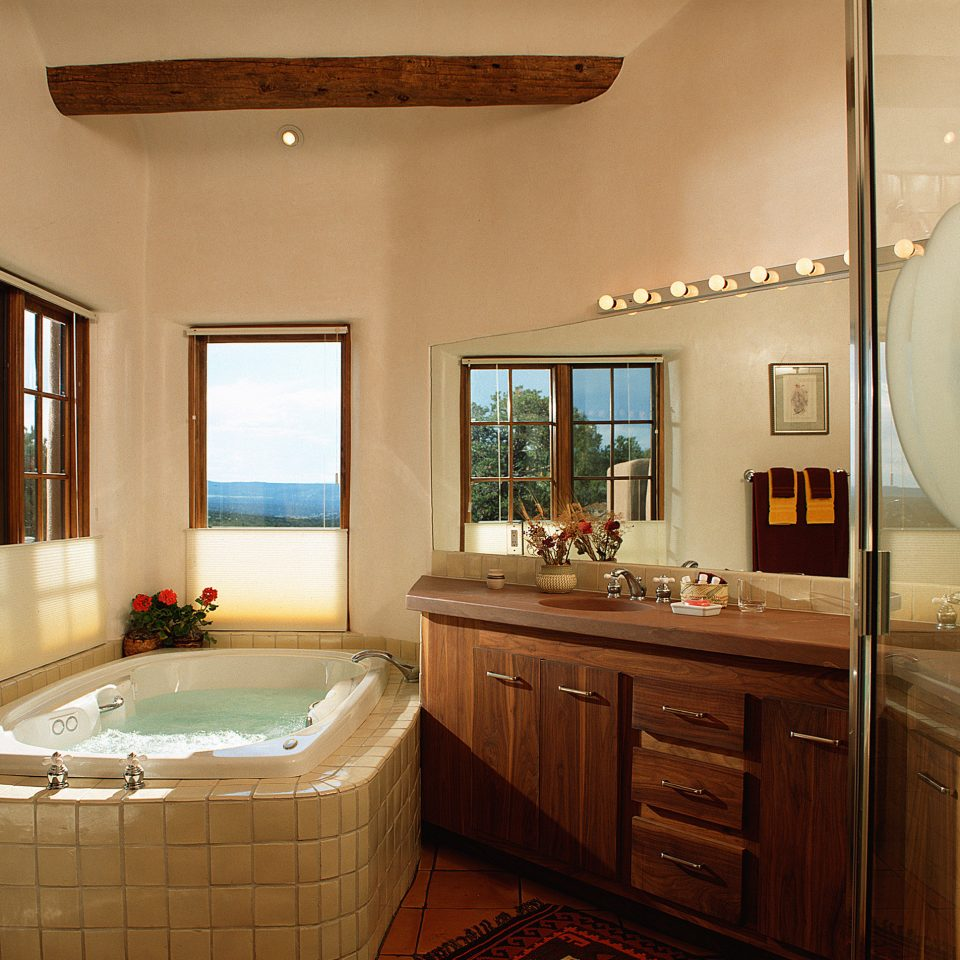 All-inclusive Bath Bedroom Country Cultural Hot tub/Jacuzzi Mountains Pool Romance Romantic Scenic views property bathroom home hardwood cottage cabinetry Suite Kitchen farmhouse mansion