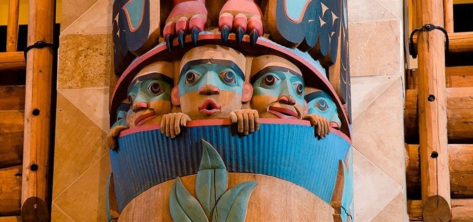 totem pole color outdoor object art carving mural temple amusement park colorful painting