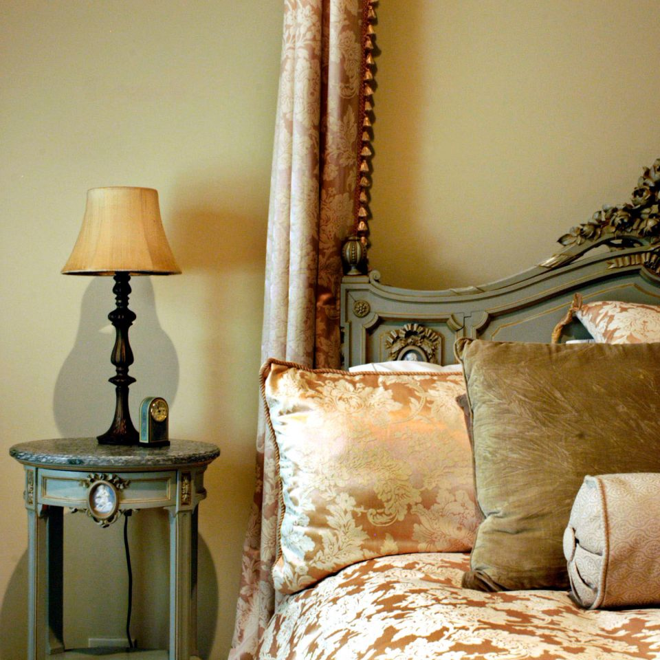 Architecture B&B Bedroom Buildings Cultural Eat Entertainment Landmarks Museums Nightlife sofa living room lamp lighting pillow cottage seat tan