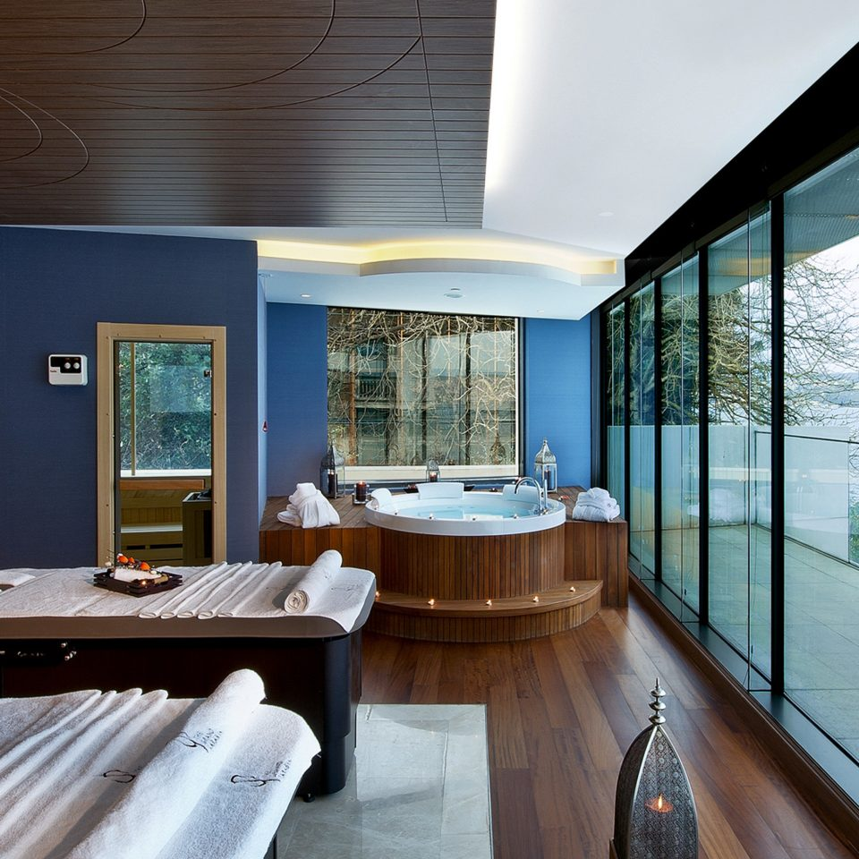 Balcony Hot tub Hot tub/Jacuzzi Luxury Romantic Scenic views Spa Waterfront Wellness property house Architecture swimming pool home condominium Suite living room Resort overlooking flat