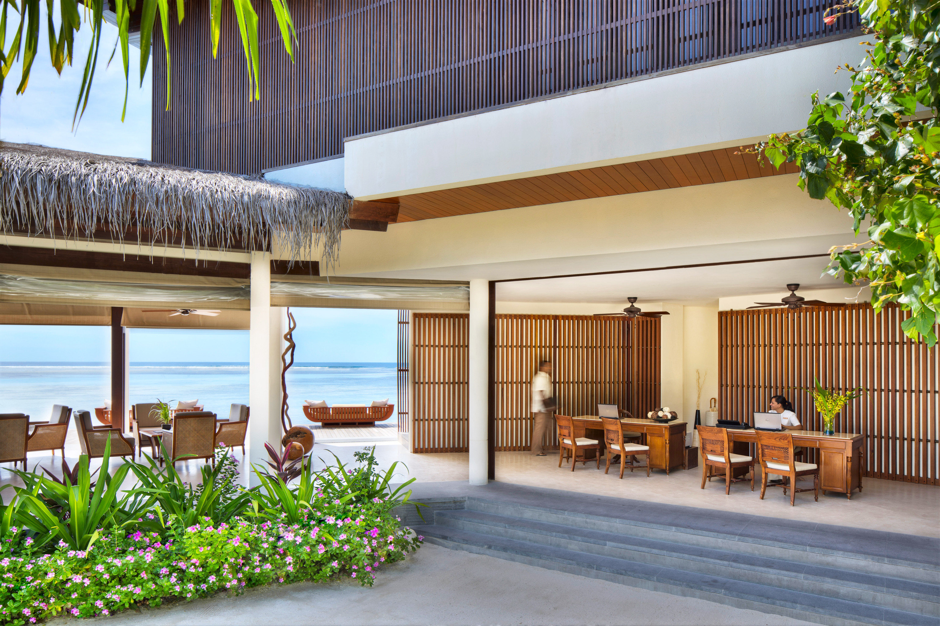 Beachfront Elegant Lobby Lounge Luxury property house home condominium plant Architecture Courtyard Resort residential area Villa professional mansion porch stone
