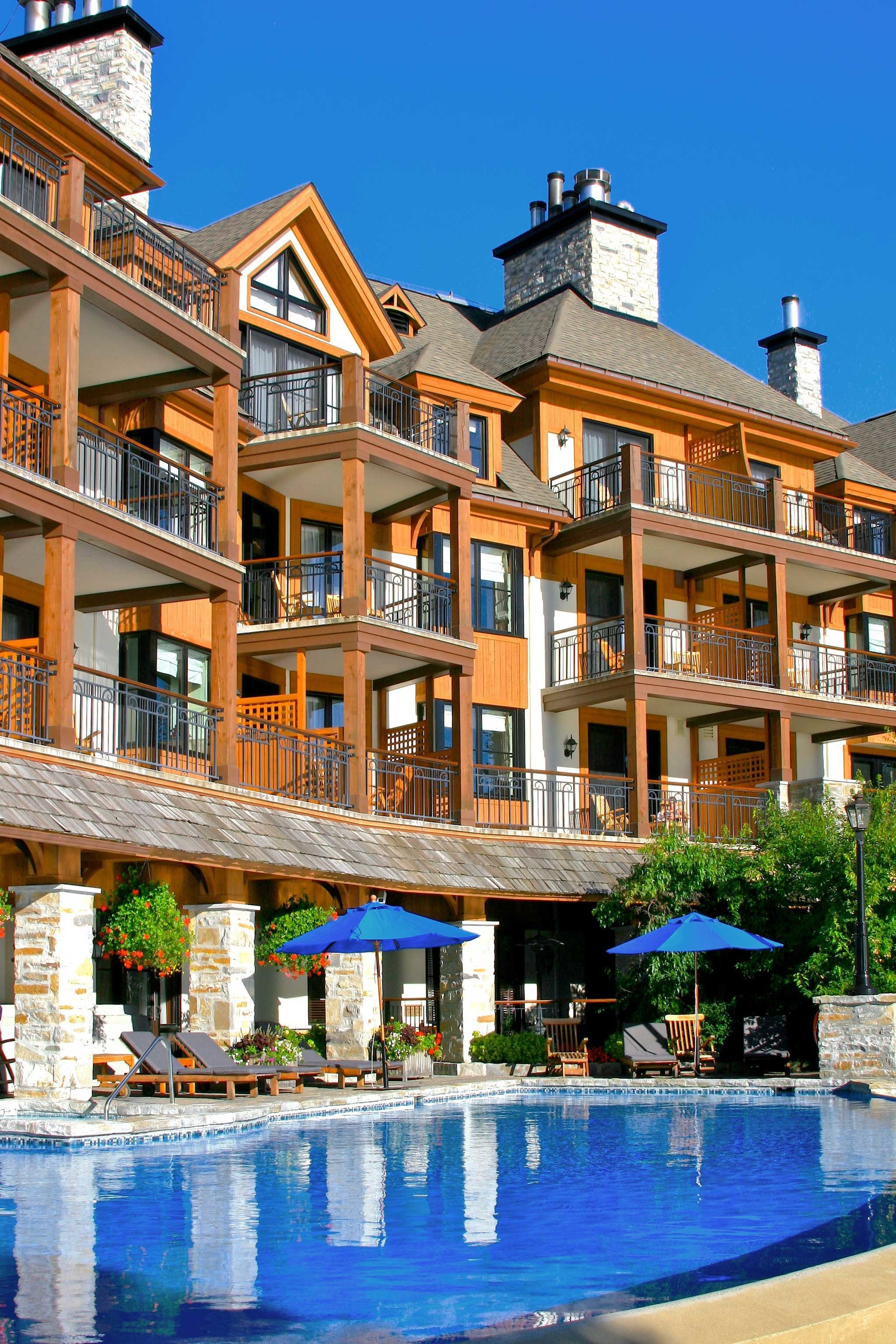 alpine skiing Architecture Buildings East Coast USA Exterior Luxury Play Pool Resort Trip Ideas building property condominium Town house swimming pool plaza residential area home palace swimming
