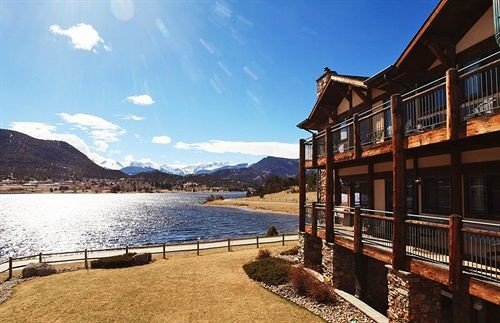 Architecture Buildings Exterior Lake Mountains Resort Scenic views sky water property overlooking shore