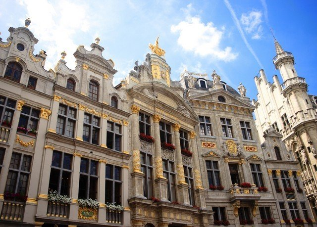 building sky landmark City plaza Town palace Architecture classical architecture neighbourhood big Downtown town square metropolis cityscape government building tours tall old