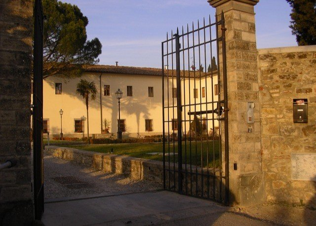 sky property building neighbourhood Architecture home Courtyard hacienda mansion Villa gate