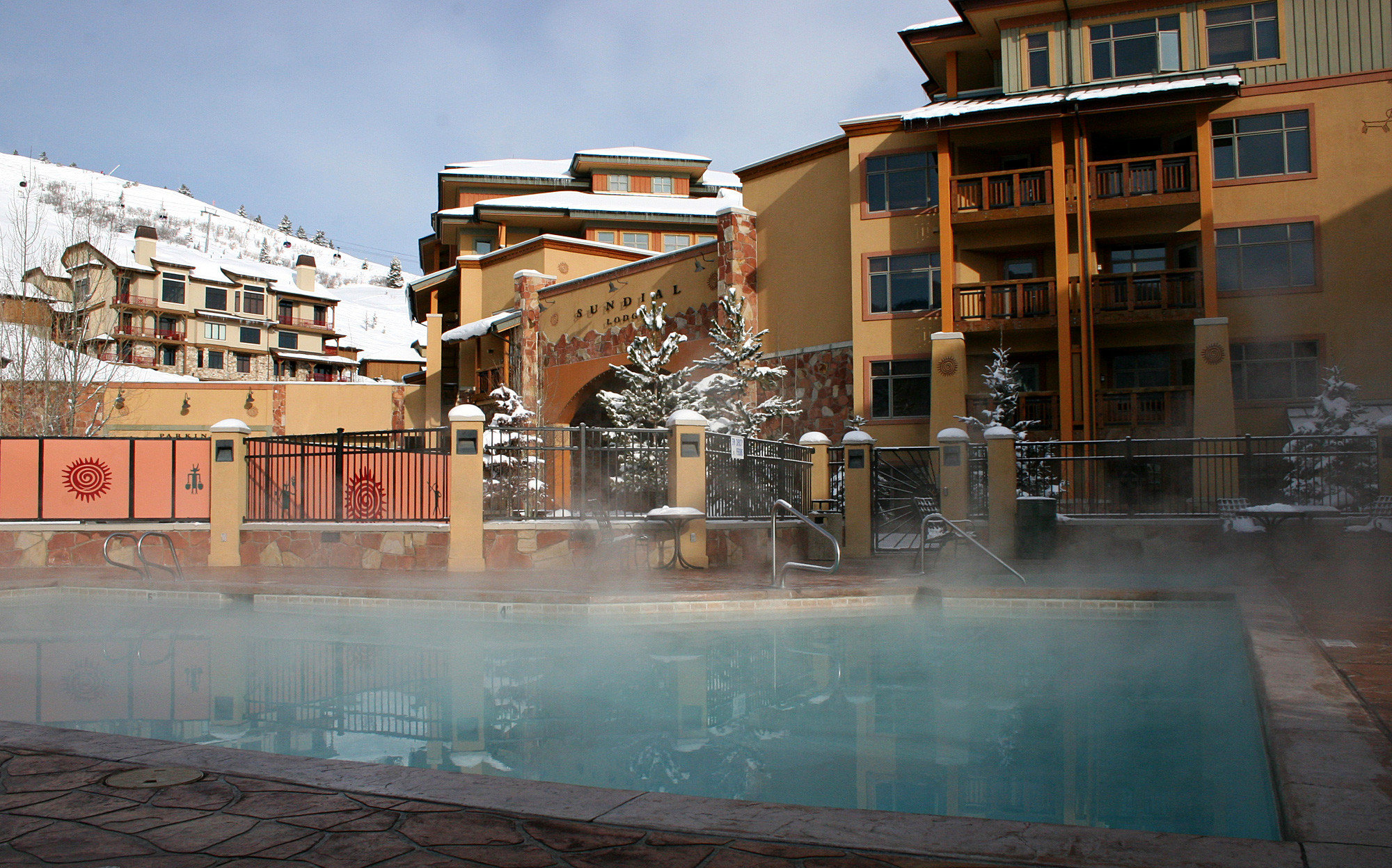 Family Hot tub/Jacuzzi Mountains Outdoor Activities Outdoors Pool Resort Ski Sport building neighbourhood house Architecture Downtown apartment building