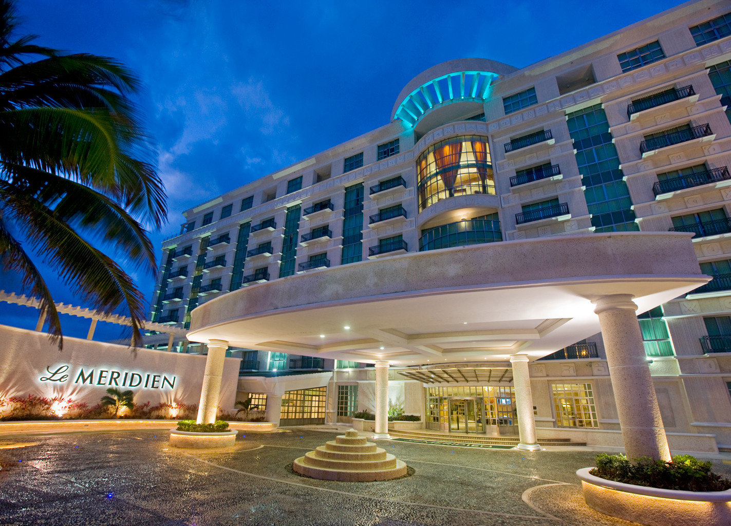 building plaza landmark condominium shopping mall Architecture Resort convention center headquarters colonnade