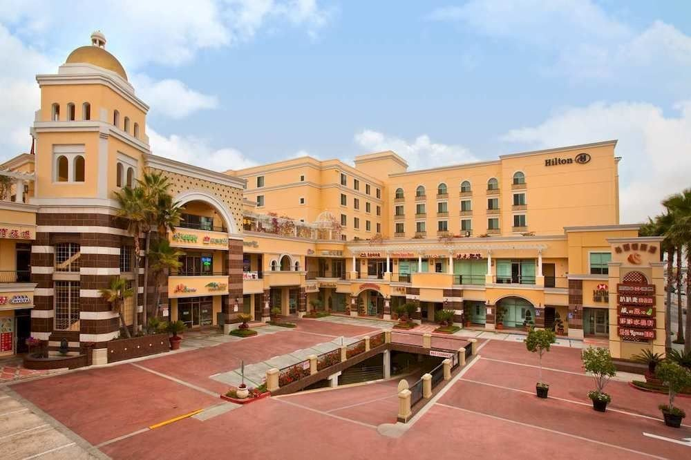 sky building plaza property Town neighbourhood Architecture residential area condominium palace town square government building shopping mall