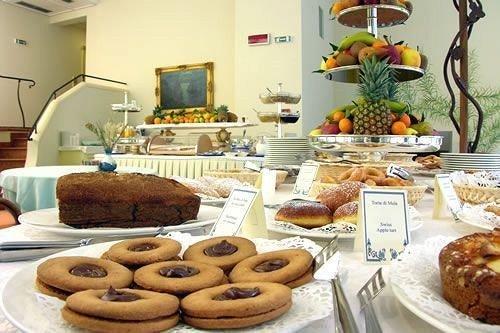 plate food doughnut donut bakery breakfast brunch pastry baking dessert arranged