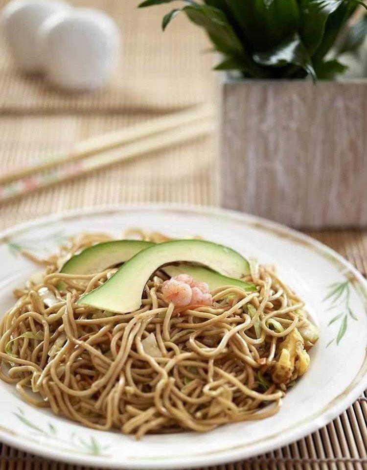 plate food cuisine chow mein spaghetti noodle asian food soba chinese food vegetarian food thai food vegetable
