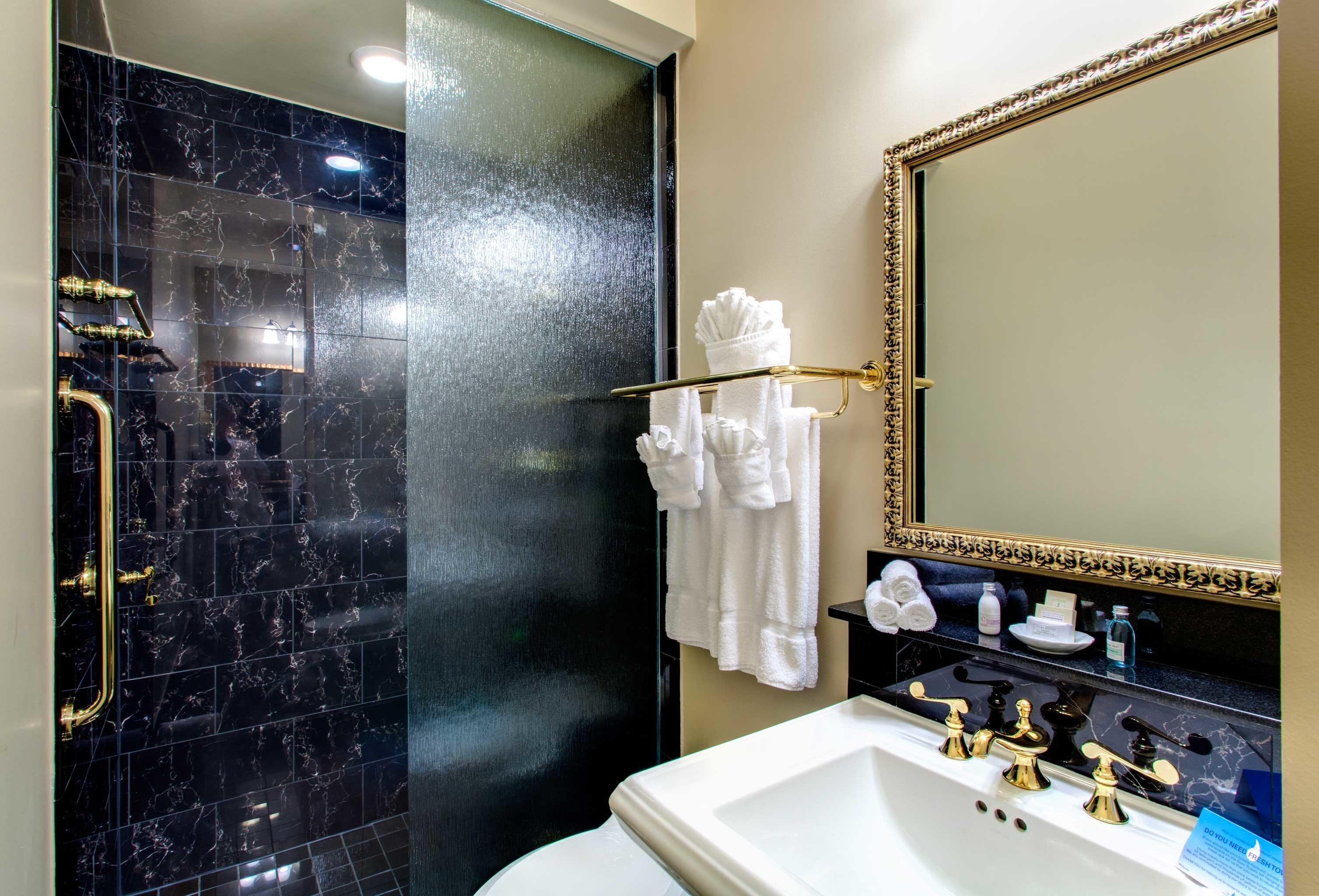 B&B Bath Cultural Drink Eat Entertainment Nightlife bathroom sink mirror towel shower vanity Suite plumbing fixture tub bathtub clean tile