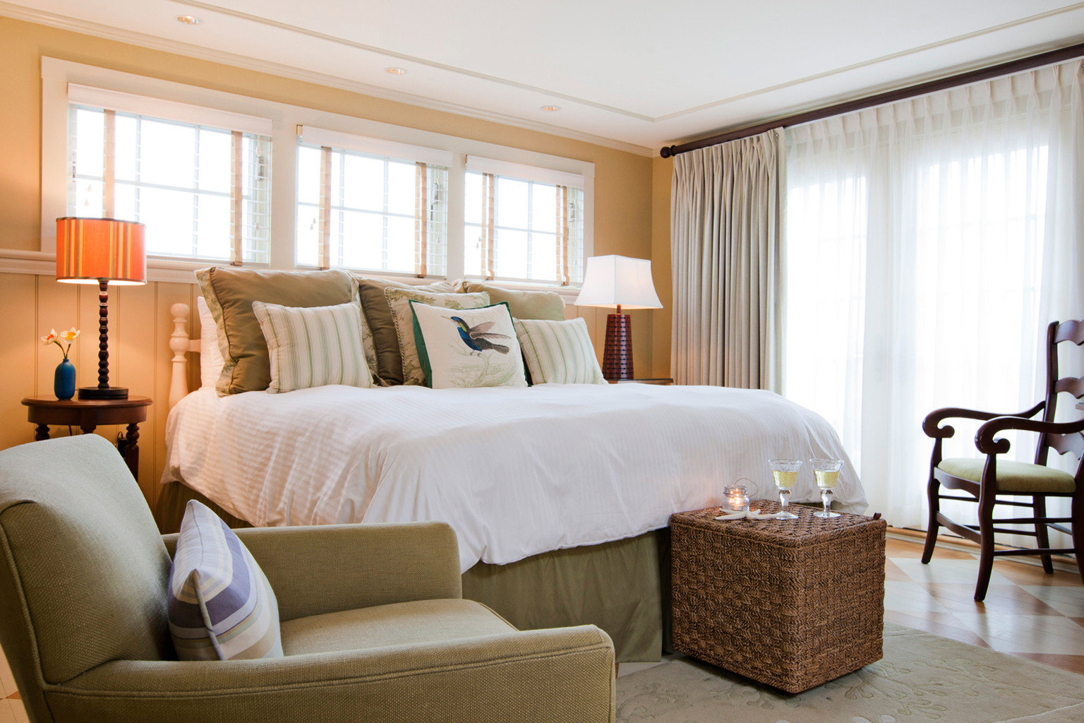 B&B Bedroom Boutique Waterfront chair property Suite living room home cottage condominium