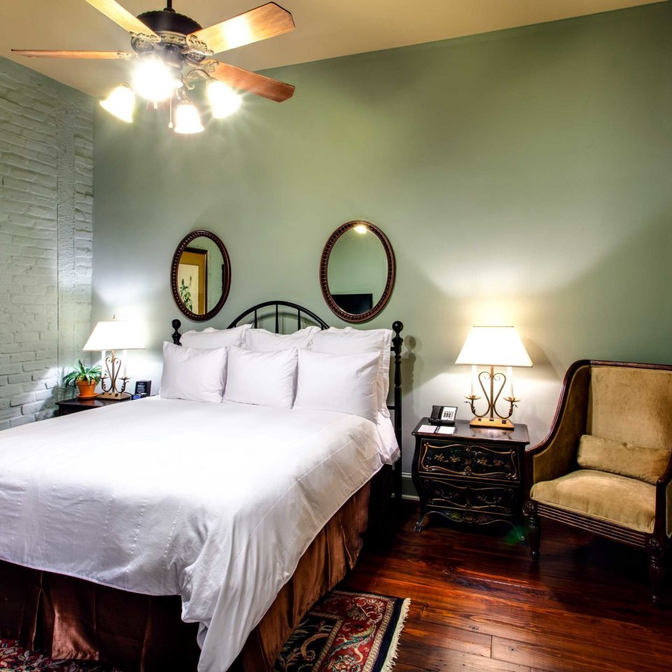 B&B Bedroom Cultural Drink Eat Entertainment Nightlife property cottage Suite home Villa farmhouse painting