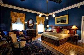 B&B Bedroom Historic property Suite living room cottage Fireplace Resort recreation room Villa mansion