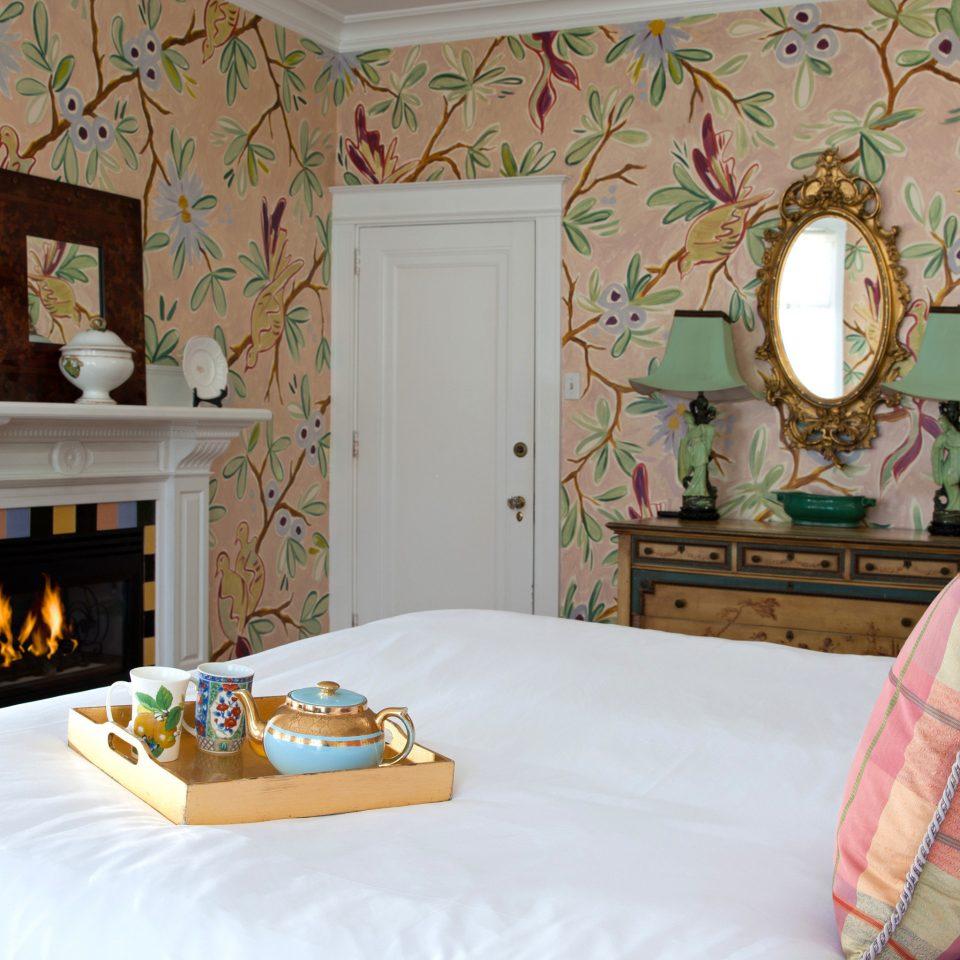 B&B Bedroom Inn property living room cottage home pillow