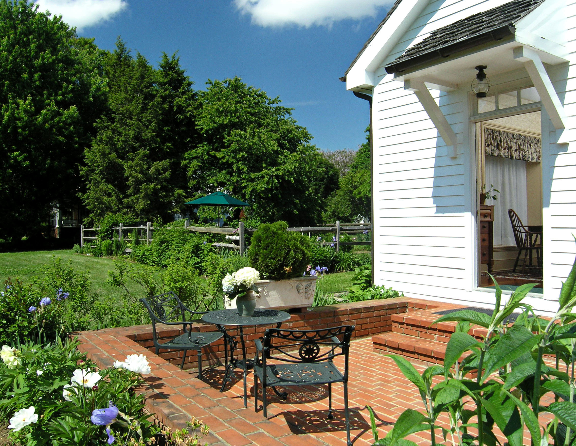 B&B Classic Country Grounds Inn Patio Romantic tree property building house home backyard yard cottage Garden Villa outdoor structure wooden Resort lawn porch stone