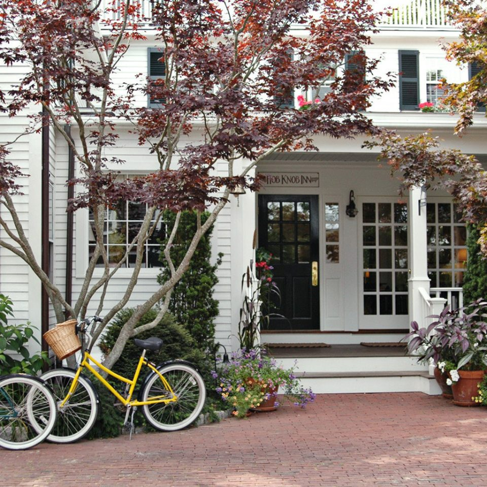 B&B Grounds Ocean Trip Ideas tree building bicycle ground house neighbourhood residential area home flower Courtyard yard Garden cottage parked