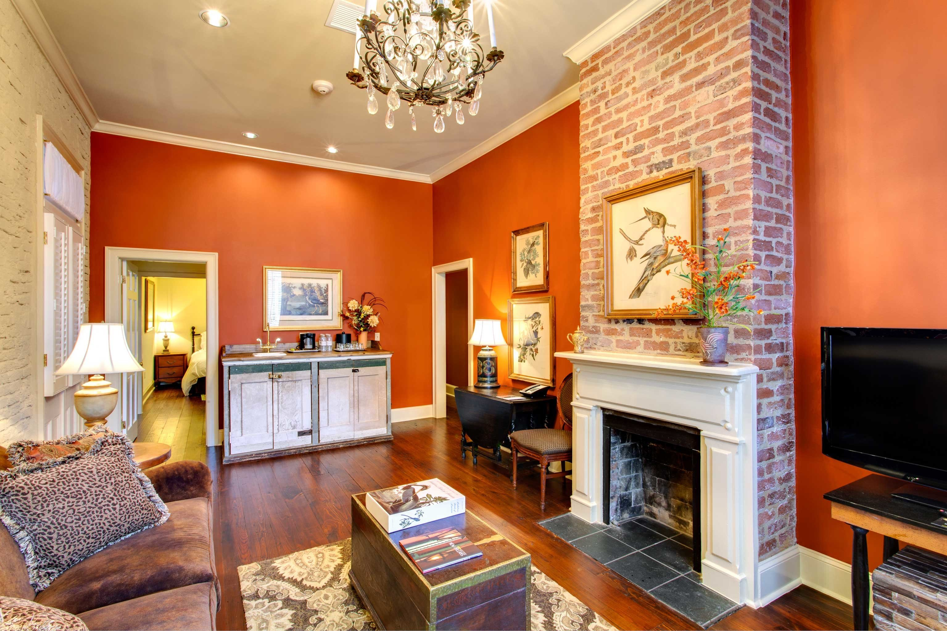 B&B Cultural Drink Eat Entertainment Lounge Nightlife sofa Fireplace living room property television home hardwood cottage Suite flat Villa condominium